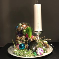 Klar til imorgen 🕯 Kalenderdekoration med de skønneste julekugler arvet efter min farmor 👵🏼 godt beskyttet for nysgerrige børnefingre 👫…
