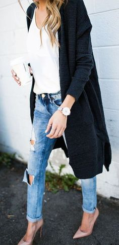 Comfortable cardigans, boots, sweaters, and jackets are what the fall season is about. The cooler weather makes it perfect to bring out the big hoodies and feel all cosy but still keep up with the upcoming trends. We've got 20 outfits perfect to wear for this fall for any occasion. School, a date, running errands …