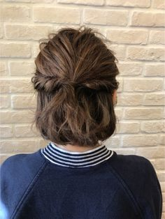 【結んで&ねじっての2STEP♪】 サイドの髪を残してトップをひとつ結びにします。その後サイドの髪をねじって結び目で留めるだけ。 仕上げにトップの髪を少し引き出してあげるとナチュラルな仕上がりに。