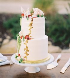 Boho-chic cake with metallic details
