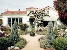Spanish style house with drought tolerant landscape Spanish Landscaping, Landscaping With Rocks, Front Yard Landscaping, Modern Landscaping, Drought Resistant Landscaping, Drought Tolerant Landscape, Spanish Style Homes, Spanish House, Spanish Revival