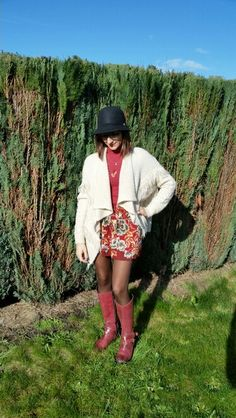 Short flowered skirt and vest over size for a bohemian look