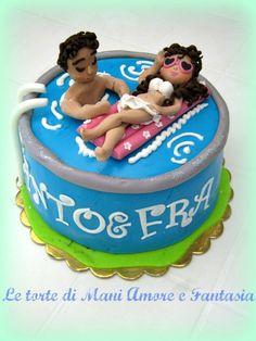 Torta decorata con piscina e personaggi!  Perfetta per un party in piscina!!!  #cakedesign   Tutto l'occorrente per realizzarla su www.decorazionidolci.it