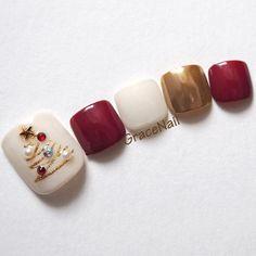 Fine nail polish designs! #easychristmasnails Nail Noel, Xmas Nail Art, Xmas Nails, New Year's Nails, Holiday Nails, Christmas Nails, Gold Christmas, Cute Toe Nails, Toe Nail Art