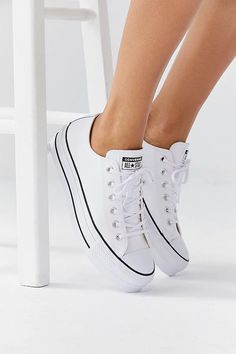 Converse Chuck Taylor All Star Lift Leather Sneakers Cool Sneakers From Urban Outfitters 2018 Outfits Chucks, Converse Shoes Outfit, Converse Chucks, White Sneakers Outfit, Leather Sneakers, White Leather Converse, White Converse Shoes, Galaxy Converse, Sneaker Outfits