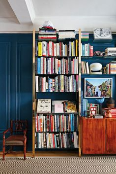 bold blue walls | bookshelf decor | #livingroomdecor #bookshelf