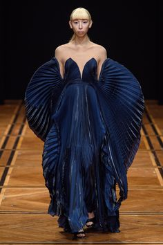 Iris Van Herpen Haute Couture Spring 2019 picture: Imaxtree See all of the Iris Van Herpen Haute Couture Spring 2019 seems from the runway. The publish Iris Van Herpen Haute Couture Spring 2019 Runway appeared first on theFashionSpot. Fashion Week, Trendy Fashion, Runway Fashion, Fashion Art, Fashion Models, Spring Fashion, Fashion Show, Autumn Fashion, Fashion Trends