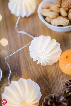 Aujourd'hui, on utilise les guirlandes lumineuses toute l'année pour des occasions festives ou tout simplement pour orner l'intérieur au quotidien. La guirlande lumineuse LED Paper Flower constitue une variante superbe aux décorations d'intérieur. Elle tient son nom de son concept, car cette guirlande lumineuse de 225 cm de long est munie de délicates fleurs en papier disposées tous les 25 cm. L'intérieur de ces fleurs est muni de LED à lumière blanc chaud qui diffusent un éclairage doux.