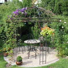 Der nostalgische Höhepunkt für Ihren Garten. Mit einzigartigem Flair setzt sich dieser mediterrane Pavillon in Szene. Die aufwändig von Hand geschmiedeten Eisenteile bieten Halt für Kletterpflanzen wie Efeu, Weinlaub oder Rosen. Schaffen Sie sich einen Sommersitz im eigenen Garten: lauschiger Rückzugsort zum Träumen, gemütliche Kaffeerunde am Nachmittag oder abendlicher Grillspaß mit lieben Freunden. Unsere Pavillons sind marokkanische Handarbeiten und werden ohne jegliche Beschichtung…