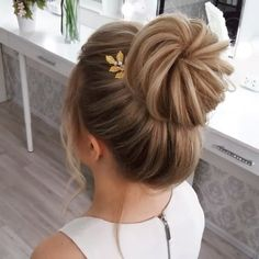 50 Classy Braided Updo Styles For Wedding! Do you wanna see more fab hairstyle ideas and tips for your wedding? Then, just visit our web site babe! Retro Wedding Hair, Elegant Wedding Hair, Short Wedding Hair, Short Hair Bridesmaid, Bridesmaids Updos, Summer Wedding Hairstyles, Wedding Updo, Medium Hair Styles, Curly Hair Styles