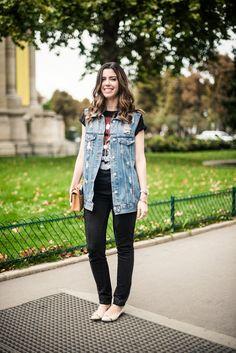 Camila Coutinho, do blog Garotas Estúpidas, passendo em Paris com um look bem despojado: Jeans e Camiseta. Bonito e confortável.