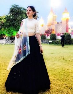 Skirt And Crop Top Indian Plain 41 Ideas For 2019 - Designer Dresses Couture Garba Dress, Choli Dress, Ghagra Choli, Choli Blouse Design, Choli Designs, Indian Skirt, Indian Dresses, Indian Wedding Outfits, Indian Outfits