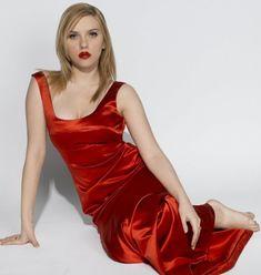 Tumblr Celebrity Feet, Celebrity Pictures, Scarlett Johansson Photoshoot, Blond, Saturday Night Live, Elizabeth Olsen, Female Form, Satin Dresses, Silk Dress