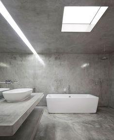Une salle de bains en béton ciré très pure