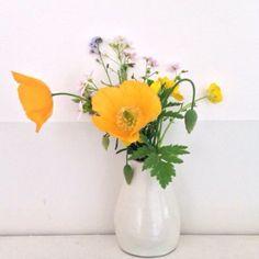 Plukbloemen in huis in schattige kleine vaasjes, gekocht bij de kringloop