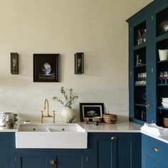 Here are 12 Farrow and Ball Colors for the perfect English Kitchen. Or, it could be an American kitchen or a Brazilian kitchen. Blue Kitchen Cabinets, Kitchen Cabinet Colors, Kitchen Paint, Farrow Ball, Best Kitchen Colors, Colorful Kitchen Decor, Hague Blue Kitchen, Houses, Color
