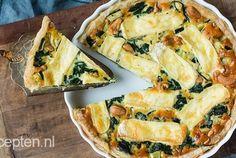 Een lekkere combi van groene groenten, zachte brie en hartige cashewnoten gecombineerd in een hartige taart. Klinkt goed toch? Je maakt deze quiche super gemakkelijk klaar. Ook ideaal; je kunt de quich goed voorbereiden, zo hoef je hem 's avonds alleen nog maar in de oven te schuiven. Eet smakelijk! Voorbereidingstijd: 30 min | Oventijd: 40 min I Love Food, Good Food, Yummy Food, Tarte Tartin, Lunch Restaurants, Quiches, Cheesy Recipes, Tapas, No Cook Meals