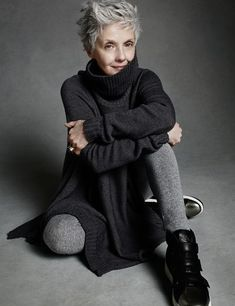 Short natural grey hair looks really nice. A striking hair colour which can look great with contrasting clothes or muted colours like this lady is wearing. Mature Fashion, Older Women Fashion, 60 Fashion, Over 50 Womens Fashion, Fashion Over 50, Fashion Trends, Style Fashion, Petite Fashion, Curvy Fashion