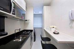 """Em breve teremos grandes novidades sobre a """"obra"""" do Mini Apê. Aguardem! Enquanto isso, vou me inspirando nessa cozinha, que tem a disposição dos móveis e eletros do jeito exato que a minha ficará   Simples, funcional e muito bonita! Uma ótima inspiração para quem tem cozinha tipo corredor.   casa.com.br #blogumeuminiape #meuminiape #apartamentospequenos #inspiração #cozinha #cozinhapequena #designdeinteriores #decoração"""