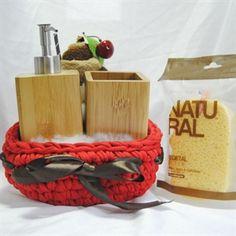 Cesta Pasión de Bambú.Cesta artesanal de trapillo, con Dosificador y portacepillos Bambú.Complementala con Esponja Natural Vegetal de Suavipiel y/o Pastel de chocolate en microfibra.