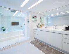 Um sonho de sala de banho!  Projeto by @lm_arquitetura | #saladebanho #bathroom #interior #interiores #design #decor #projetotop #homeluxo @_decor4home @homeluxoimoveis