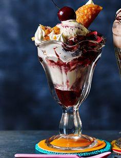 Cherry Bakewell sundae - Recipes - Popsicle, ice cream and sorbet - kekse Sundae Recipes, Milkshake Recipes, Ice Cream Recipes, Dessert Recipes, Frozen Desserts, Frozen Treats, Just Desserts, Cherry Desserts, Brandy Snaps