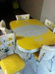 A perfect vintage chrome dinette Set in yellow and white. with happy yellow flowers on the chair backs. Kitchen Retro, Kitchen Items, Vintage Kitchen, Retro Kitchens, Kitchen Tables, Retro Table, Vintage Table, Vintage Decor, Retro Vintage