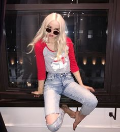 FC Dove Cameron ° widowmaker: heyyy, it's aries bellatrix. i'm seventeen and have an unhealthy obsession with overwatch. i've been here for a year, so i'm pretty well known. hit me up, yea? Dov Cameron, Dove And Thomas, Les Descendants, Dove Cameron Style, Beautiful Celebrities, American Actress, Her Style, Divas, Mom Jeans