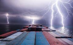 Una tormenta eléctrica captada desde el puente de mando de un portacontenedores, Sumatra, Indonesia (Tim Martin, 2016)