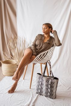 The Jeanne bag is a classic large tote bag for every-day use. The top of the bag closes with hidden magnets to create an uninterrupted flow of leather. Designer Leather Handbags, International Brands, Large Tote, Slow Fashion, Leather Wallet, Straw Bag, Flow, Magnets, Tote Bag