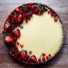 This Lemon Tart with Redcurrants and Strawberries recipe is featured in the Pies… Diese Zitronentarte mit roten Johannisbeeren und Erdbeeren Rezept ist in den Pies … Strawberry Jam Tarts, Strawberry Recipes, Fruit Tarts, Tart Recipes, Dessert Recipes, Cooking Recipes, Dessert Blog, Vegan Recipes, Pancake Recipes
