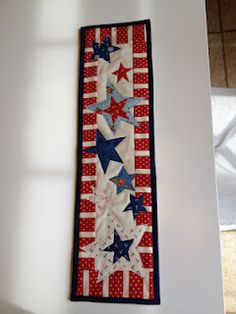 Super cute Patriotic Wallhanging made by Vicki Spun Sugar Quilts: Happy of July! - would make adorable Memorial Day and July table runner! Table Runner And Placemats, Table Runner Pattern, Quilted Table Runners, Blue Quilts, Star Quilts, Mini Quilts, Flag Quilt, Quilt Blocks, Quilting Projects