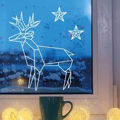 Een mooie, strakke raamtekening, geïllustreerd door Origami Zoo, met hert en sterren, voor de donkere dagen van het jaar. Tip! Print de sterren op verschillende maten uit om je raam te vullen met een sterrennacht.