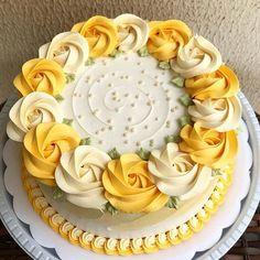 me encantan estos tipos de decoraciones por - torten - Kuchen Cake Decorating Frosting, Cake Decorating Designs, Creative Cake Decorating, Cake Decorating Tutorials, Creative Cakes, Buttercream Cake Designs, Buttercream Roses, Simple Cake Designs, Sheet Cake Designs