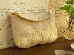 金色ひつじのポーチ(ベージュ×レモン) by ヒツジフエルト縮絨室 [Felt Golden Sheep Pouch by Felt Fulling Lab]