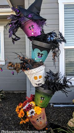 Halloween Topsy Turvy Pots Halloween-topsy-turvy-pots Related posts: How to Make Super Fun Halloween Crafts for Kids – Spider Nests DIY Bastelideen fürs Gruselfest – Halloween Einmachgläser basteln Casa Halloween, Halloween Wood Crafts, Halloween Porch, Halloween Make, Diy Halloween Decorations, Holidays Halloween, Fall Crafts, Holiday Crafts, Creepy Halloween