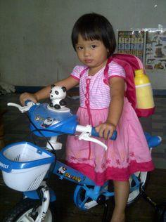Adelia dengan sepeda barunya..anak ku sekarang km sudah besar...tak terasa sudah 2 Thn