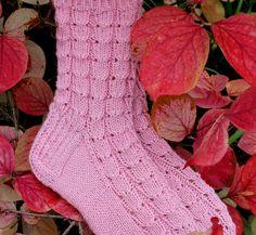 Tässä ensimmäiset sukat Heinälatoon vietäviksi. lanka Viking Ville puikot 3 mm koko 37-38 Otin sukkakuvan Mantsurian onnenpensaan k...