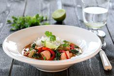 Bilderesultat for trines laksecurry Caprese Salad, Cobb Salad, Dere, Soup Recipes, Thai Red Curry, Vegan Vegetarian, Cod, Serving Bowls, Cilantro