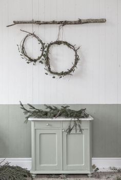 Simple Christmas wreaths made from roots I found in the woods. And a bit of ivy from my garden. Natural Christmas, Noel Christmas, Scandinavian Christmas, Winter Christmas, Handmade Christmas, Vintage Christmas, Christmas Wreaths, Simple Christmas, Deco Nature