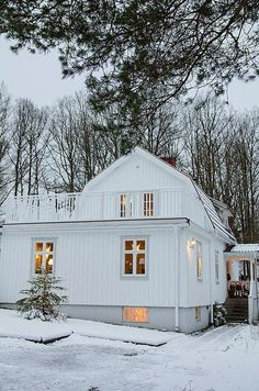 Twinkling lights beckon guests in out of the snow (Anna Truelsen interior stylist)
