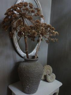 uitgebloeide berenklauw op vaas, je kan de tak met bloem ook wit of in een kleurtje spuiten