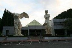 三重県津市白山町にあるルーブル彫刻美術館  世界で唯一のパリルーブル美術館公認の姉妹館です  ルーブル美術館に収蔵されている彫刻作品の実物から型をとりわずかな傷までも復元された作品が展示されている美術館です  館内にはミロのヴィーナスやサモトラケのニケなどの古代から近代までの有名作品約1300点が展示されておりまさに本物と見間違えるほど ベルリン美術館や大英博物館収蔵の作品などもあるのでいろんな作品を一度に楽しめることができますよ  tags[三重県]