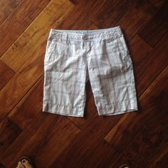 "Hurley Bermuda plaid shorts.- 10"" inseam Hurley Bermuda plaid shorts.- 10"" inseam. Great condition. Hurley Shorts Bermudas"
