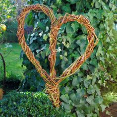 Herz aus Weide - Gartendeko Willow Fence, Willow Garden, Door Wreaths, Grapevine Wreath, Environmental Sculpture, Cute Little Things, Garden Structures, Fairy Houses, Summer Wreath