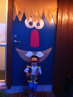 Easy, cheap and fun way to decorate your front door for trick or treating. I just used materials i have at home (craft paper for the hair and mouth, hard cardboard for the nose, paper plates and markers for the eyes and coffee filter for the 2 front teeth).