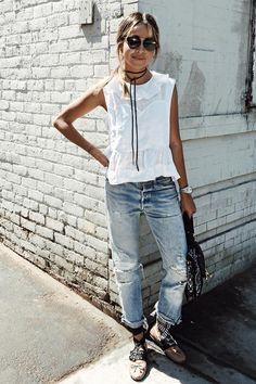 A blogueira Julie Sariñana do Sincerely Jules usando look com camiseta branca, jeans boyfriend destroyed e choker.