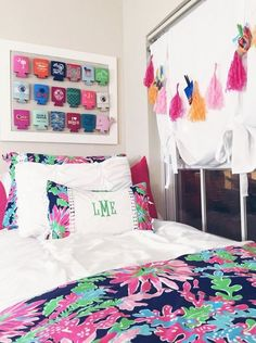 You can spend endless hours shopping for dorm decor. So, we picked the cutest preppy dorm rooms to copy with stripes, florals, and ofcourse, Lily patterns! Preppy Dorm Room, Style Tumblr, Ideas Dormitorios, Dorm Design, Dorm Life, College Life, College Dorm Rooms, Usc Dorm, Fashion Room