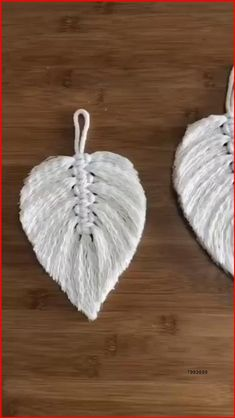 Tutorial for Fabulous Knitted Leaf that you can also Try. See Video from Start Rope Crafts, Feather Crafts, Diy Home Crafts, Yarn Crafts, Macrame Projects, Diy Projects, Macrame Wall Hanging Diy, Creation Deco, Macrame Design