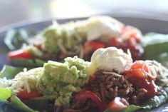 Vähähiilarinen meksikolaisateria tuoresalsalla ja avokadotahnalla valmistuu yhdessä ja sen syöminen on kiireetöntä ajanviettoa. Raikas resepti tekstissä.